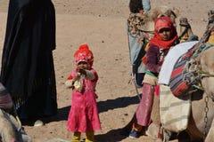 Beduinische Familien und Kamele in der Wüste, Hurghada, Ägypten lizenzfreies stockbild