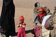 Beduinische Familien und Kamele in der Wüste, Hurghada, Ägypten lizenzfreie stockfotografie