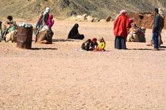 Beduinische Familien und Kamele in der Wüste, Hurghada, Ägypten stockbild