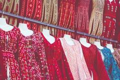 Beduinische Kleider der traditionellen bunten Frau in Jordanien Handgemachte Modeart stockfoto