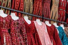 Beduinische Kleider der traditionellen bunten Frau in Jordanien Handgemachte Modeart stockbild