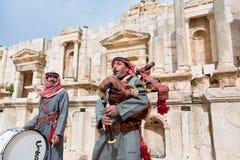 Beduinische Spiele auf Bagpipes in Jerash lizenzfreie stockfotos