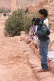Beduinischer Junge, der Kopftücher verkauft Stockfotos
