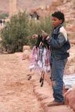 Beduinischer Junge, der traditionelle Kopftücher verkauft Lizenzfreie Stockfotografie