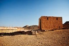 Beduinisches Dorf in der Wüste in den Bergen im Sonnenuntergang Lizenzfreies Stockbild