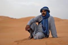 Beduinmannen bär traditionella kläder i den Sahara öknen Arkivbild