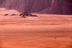 Beduinos que montan en camellos en el postre Imágenes de archivo libres de regalías