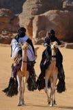 Beduinritter p? kamel till och med sandig ?ken arkivfoton