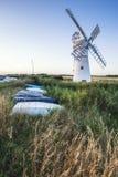 Bedöva landskap av väderkvarnen och floden på gryning på sommarmorni Fotografering för Bildbyråer