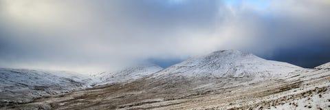 Bedöva panorama- landskap för vinter snöa dold bygdintelligens Arkivbild