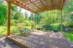 Bedöva sikt från trädgårdlantgårdpergola Arkivfoto