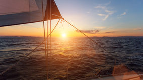 Bedöva solnedgång med segling seglar i havet lyx Royaltyfri Foto