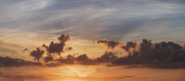 Bedöva sommarsolnedgång över bygdlandskap av fältet med Fotografering för Bildbyråer