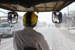 Bedwegen in de hoofdstad van de bestuurder van Kambodja tuk tuk Royalty-vrije Stock Foto