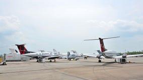 Beechcraftkoning Air 250 en 350ER, en andere commerciële stralen op vertoning in Singapore Airshow Royalty-vrije Stock Foto