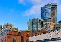 Beecher' s-Käsespeicherzeichen und terassenförmig angelegte Ufergegendskyline Seattles durch das Pik stockfoto