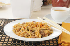 Beef lo mein with chopsticks Royalty Free Stock Photos