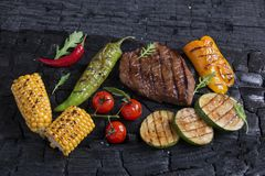 Beef steak with grilled vegetables Royalty Free Stock Photos