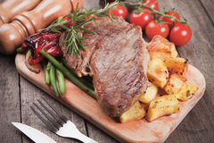 Beef steak with potato and vegetables Royalty Free Stock Photos