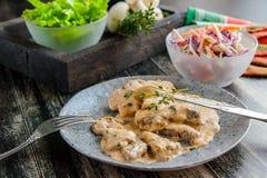 Beef stroganoff met paddestoeljus, thyme en plantaardige salade stock foto's