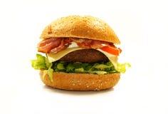 Beefbuger con pancetta affumicata e formaggio fotografia stock libera da diritti