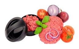 Beefburgers nouvellement fabriqu?s avec la presse et les ingr?dients photos libres de droits