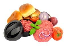 Beefburgers nouvellement fabriqu?s avec la presse et les ingr?dients photographie stock libre de droits