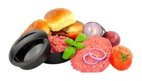 Beefburgers nouvellement fabriqu?s avec la presse et les ingr?dients images stock