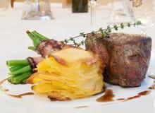 Beefsteak mit Bohnen im Speck Stockbilder