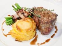 Beefsteak mit Bohnen im Speck Lizenzfreies Stockfoto