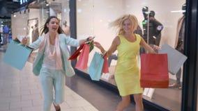 Beeilen Sie sich oben auf Einkaufsrabatte, verrückte shopaholics Eile zum Verkauf im modischen Speicher an schwarzem Freitag stock video footage