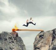 Beeilen Sie sich oben und überwinden Sie das Hindernis Lizenzfreies Stockfoto