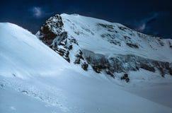 Beeindruckender Schnee bedeckte Schweizer Alpen gegen blauen Himmel Stockfoto