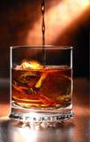 beeing的倒的威士忌酒 免版税库存照片