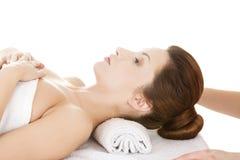 Beeing di rilassamento della donna attraente massaggiato Immagine Stock