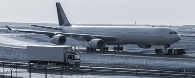 Beeing do avião rebocado em um olhar ciano da pista de decolagem imagem de stock royalty free