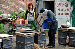 Pengzhou, Китай: Beekeepers делая мед Стоковые Фото