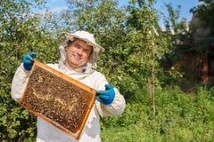 Beekeeper med honungskakan Royaltyfria Foton