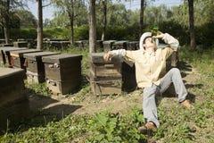 Beekeeper och öl Royaltyfri Foto
