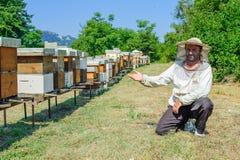 Beekeeper på bikupan Royaltyfria Bilder