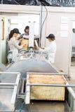 Beekeepers που εξάγει το μέλι από τη μηχανή μέσα Στοκ φωτογραφία με δικαίωμα ελεύθερης χρήσης