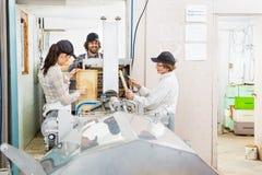Beekeepers som arbetar på Honey Extraction Plant Arkivfoton