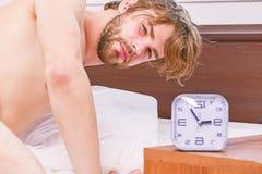 Beeld die jonge mens het uitrekken in bed tonen zich Naakte voeten van een mens die uit van onder de inham gluren Het ontspannen  stock foto's