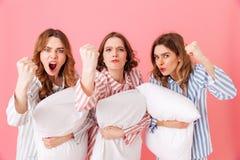 Beeld die van jonge vrouwenjaren '20 kleurrijke gestreepte pyjamagreep dragen Stock Foto