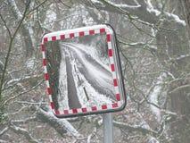 Beeld door wegspiegel in sneeuwmilieu royalty-vrije stock afbeeldingen