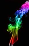 Beeld gekleurde rook op zwarte achtergrond stock afbeeldingen
