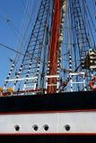 Beeld met details van een varend schip met vlaggen Stock Afbeelding