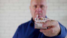 Beeld met een Businessperson Offering een Sigaret van Pak aan een Rokerspersoon stock videobeelden