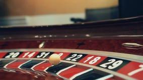 Beeld met een wiel van de casinoroulette met de bal op aantal dichte omhooggaand stock videobeelden