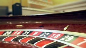 Beeld met een wiel van de casinoroulette met de bal op aantal dichte omhooggaand stock video